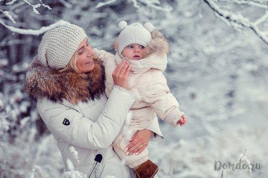 mama-s-malyshom-v-puhovikah-zima-sneg