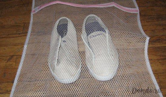 kedy-v-meshke-dlja-stirki-obuvi