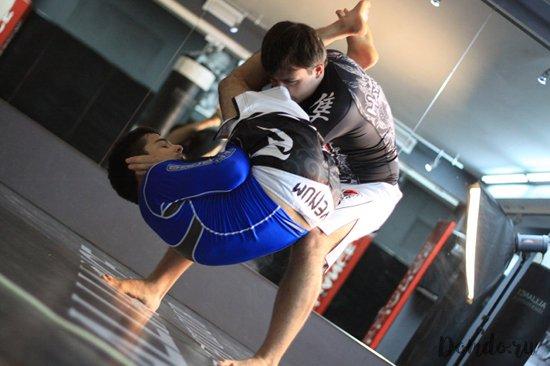 sparring-v-rashgardah-bojcy-sportivnyj-zal